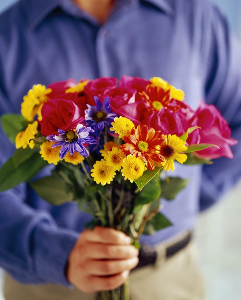 Дарит цветы девушке шаблон скачать