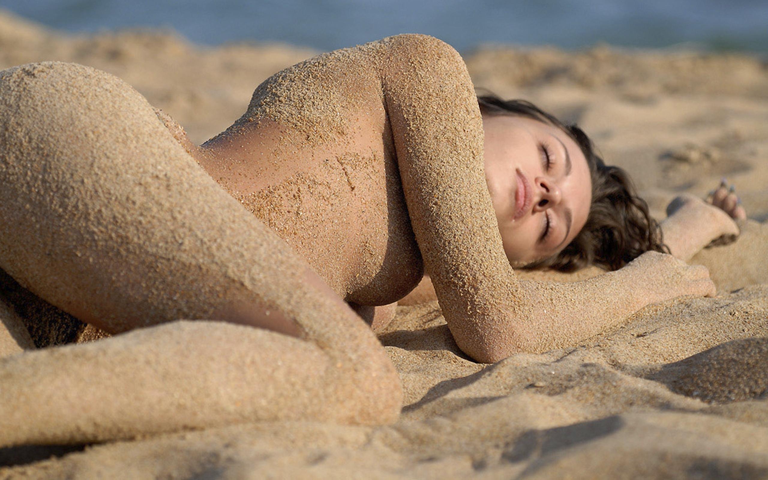 Девушки на песке голые