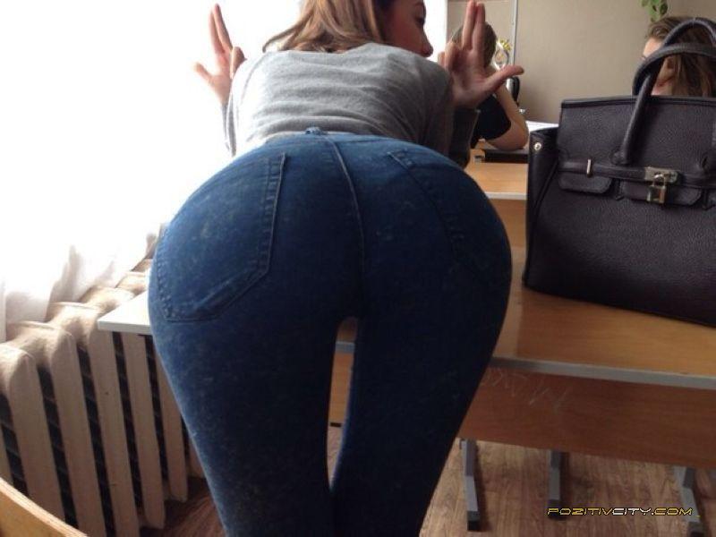 Фото девушки в юбках раком